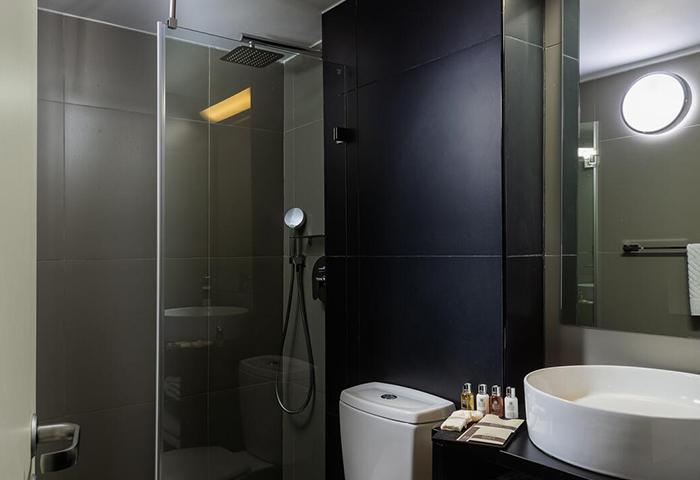 Find-Gay-Hotel-Room-for-3-People-in-Tel-Aviv-Gayborhood-Hilton-Beach-Brown-Seaside-a-member-of-Brown-Hotels