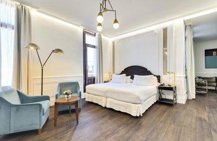Best-Honeymoon-Gay-Hotel-Madrid-Gayborhood-Chueca-H10-Villa-de-la-Reina-Boutique-Hotel