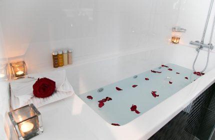 Cheap-Price-Gay-Hotel-Paris-with-bathtub-L'Empire-Paris-Hotel